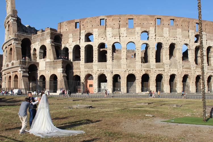 Un couple de mariés à Rome devant le Colisée