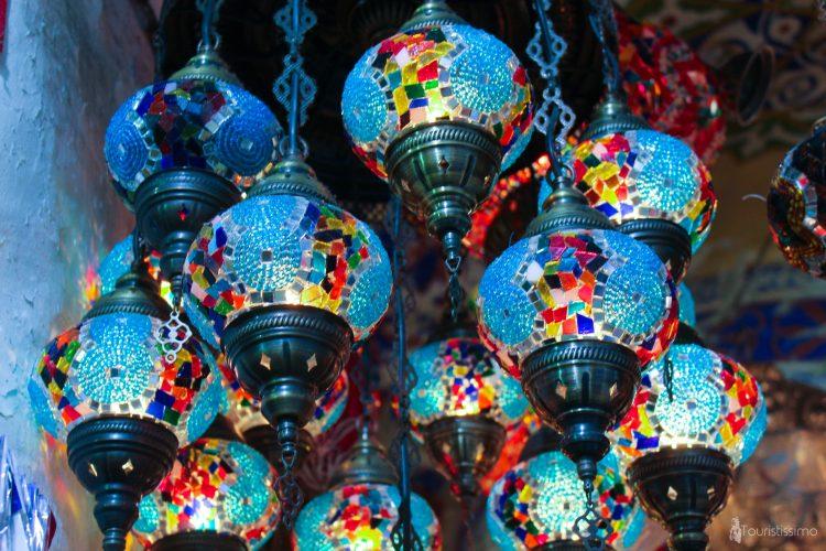Suspensions luminaires dans les bazars d'Istanbul