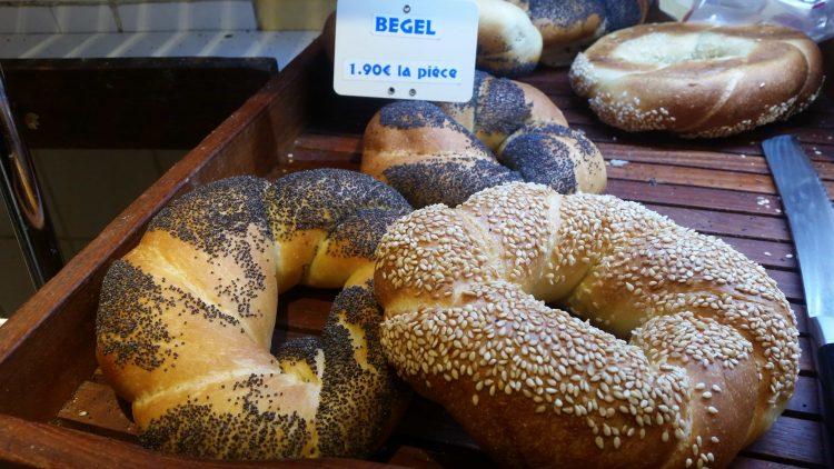 Bagel-au-Sésame-et-Bagel-au-pavot-de-la-boutique-jaune-à-Paris-4e-arrondissement